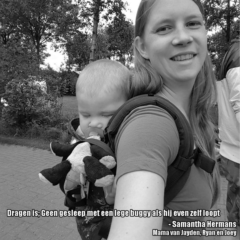 Blonde moeder met slapende baby in draagzak op de rug en de tekst; Dragen is geen gesleep met buggy's als je kindje zelf loopt.